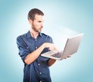 Jonge geconcentreerde mens houdend laptop royalty-vrije stock afbeeldingen