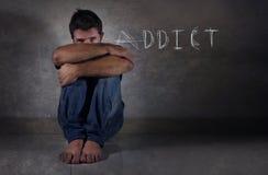 Jonge gedeprimeerde mens die aan depressie in drug lijden die het concept van het de verslavingsprobleem van Internet en van de a royalty-vrije stock afbeeldingen
