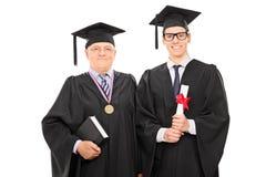 Jonge gediplomeerde het stellen met de universitaire deken stock foto's