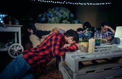 Jonge gedronken en vermoeide vrienden die daarna slapen stock fotografie