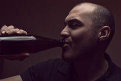 Jonge gedronken mens met bierfles stock afbeeldingen