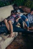 Jonge gedronken vrienden die in een bank na partij slapen royalty-vrije stock foto's