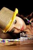 Jonge gedronken vrouw met lege champagnefles stock fotografie