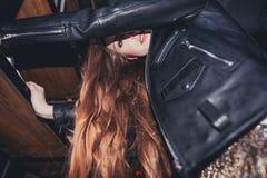 Jonge gedronken vrouw in slordige ruimte na partij royalty-vrije stock foto
