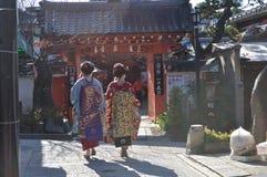 Jonge geisha die door Kyoto loopt Stock Foto's