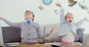 Jonge geitjes als directeur die geld in lucht 4k werpen stock video
