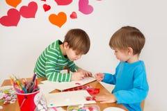 Jonge geitjes belast met de Dagkunsten van Valentine met Harten Royalty-vrije Stock Foto