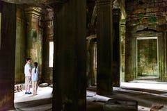 Jonge geitjes bij de tempel van Angkor Wat royalty-vrije stock foto's