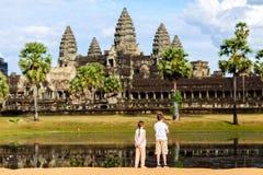 Jonge geitjes bij de tempel van Angkor Wat Royalty-vrije Stock Afbeeldingen
