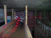 Jonge geitjes bij een arena van de lasermarkering Royalty-vrije Stock Foto's