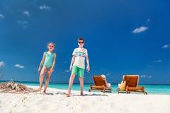 Jonge geitjes bij strand Stock Afbeelding