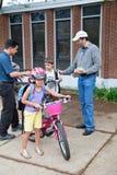 Jonge geitjes Biking aan School Stock Foto