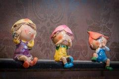 Jonge geitjes ceramisch beeldhouwwerk op plank Stock Fotografie