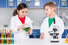 Jonge geitjes in chemisch laboratorium stock afbeelding