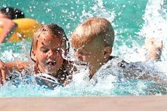 Jonge geitjes in de pool stock foto's