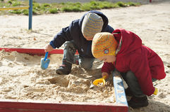 Jonge geitjes in de zandbak Royalty-vrije Stock Fotografie