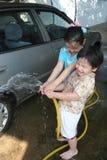 Jonge geitjes die auto wassen Stock Foto