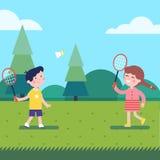 Jonge geitjes die badminton openlucht op het gras spelen royalty-vrije illustratie