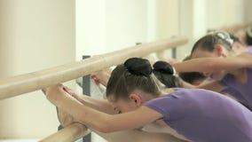 Jonge geitjes die balletoefening doen bij studio stock footage