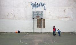 Jonge geitjes die basketbal in NYC spelen Stock Afbeeldingen
