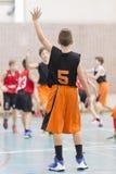 Jonge geitjes die basketbal spelen Royalty-vrije Stock Foto's