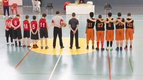 Jonge geitjes die basketbal spelen Royalty-vrije Stock Fotografie