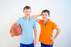 Jonge geitjes die basketbal spelen Royalty-vrije Stock Afbeelding
