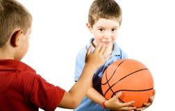 Jonge geitjes die Basketbal spelen Royalty-vrije Stock Afbeeldingen