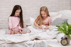 Jonge geitjes die beelden trekken terwijl het liggen op bed royalty-vrije stock afbeeldingen