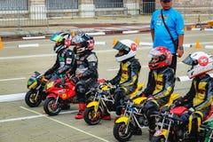 Jonge geitjes die bij de mini-fietsconcurrentie berijden, Maleisië royalty-vrije stock afbeelding