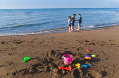 Jonge geitjes die bij het strand spelen royalty-vrije stock afbeelding