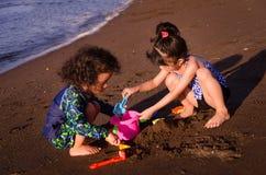 Jonge geitjes die bij het strand spelen royalty-vrije stock afbeeldingen