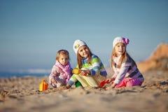 Jonge geitjes die bij het strand spelen Royalty-vrije Stock Foto's