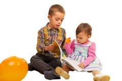 Jonge geitjes die boek lezen Royalty-vrije Stock Afbeeldingen