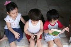 Jonge geitjes die boeken lezen Stock Foto's