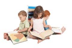 Jonge geitjes die boeken lezen Stock Fotografie