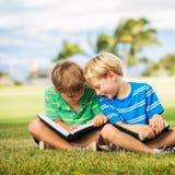 Jonge geitjes die Boeken lezen Royalty-vrije Stock Afbeeldingen