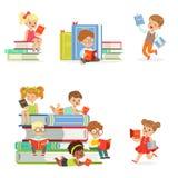 Jonge geitjes die Boeken lezen en Literatuur van Reeks Leuke Jongens en Meisjes genieten die Zitting en Leggen houden die te leze vector illustratie
