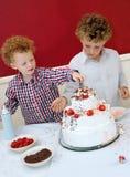 Jonge geitjes die Cake verfraaien Royalty-vrije Stock Afbeeldingen