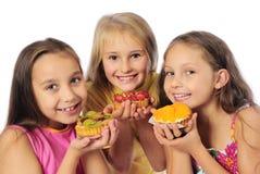 Jonge geitjes die cakes eten Stock Foto