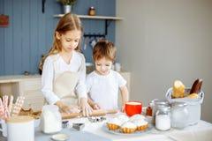 Jonge geitjes die de Keukenconcept koken van Bakselkoekjes stock foto