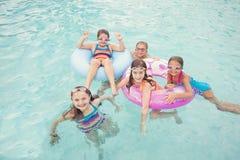 Jonge geitjes die in de pool op een de zomerdag spelen royalty-vrije stock foto's