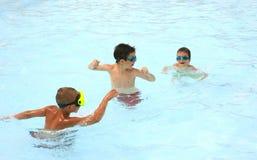 Jonge geitjes die in de Pool spelen Royalty-vrije Stock Afbeelding