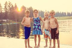 Jonge geitjes die de zomer van vakantie genieten bij het meer stock foto's