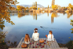 Jonge geitjes die dichtbij het meer in de herfst spelen Royalty-vrije Stock Foto's