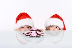 Jonge geitjes die een glimp van santa sluimeren te krijgen Royalty-vrije Stock Afbeeldingen