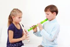 Jonge geitjes die fluit spelen Stock Foto