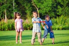 Jonge geitjes die freesbee spelen royalty-vrije stock foto