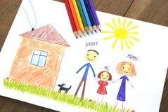 Jonge geitjes die gelukkige familie trekken dichtbij hun huis royalty-vrije illustratie