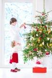 Jonge geitjes die Kerstboom verfraaien Royalty-vrije Stock Foto